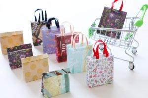 ショッピングカートと紙袋の写真